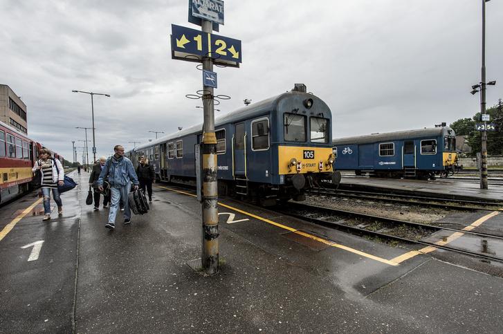 A negyvennel döcögő vonat fél óra múlva hagyja el a megállót Fehérgyarmat felé.