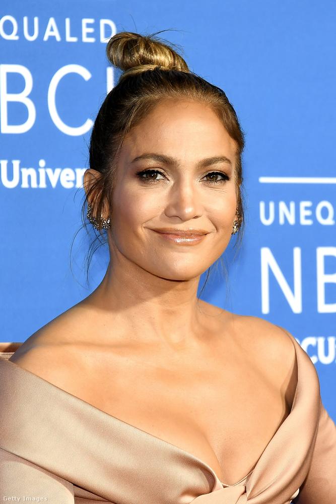 J.Lo láthatóan nagyon élvezte, hogy a figyelem középpontjába került,