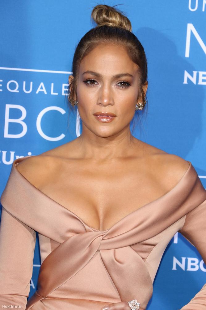 Nem tudjuk, hogy mi lehet szépségének titka, mindenesetre bátran kijelenthető, hogy 47 évesen is elképesztő formában van