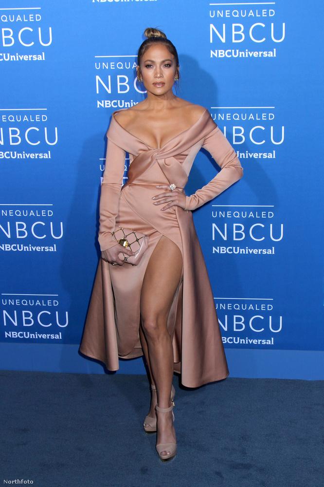 A 47 éves Jennifer Lopez május 15-én egy melltájékon mélyen kivágott ruhában vett rész az NBC New York-i eseményén, így szembetűnő dekoltázsával eléggé sikerült ellopnia a show-t.