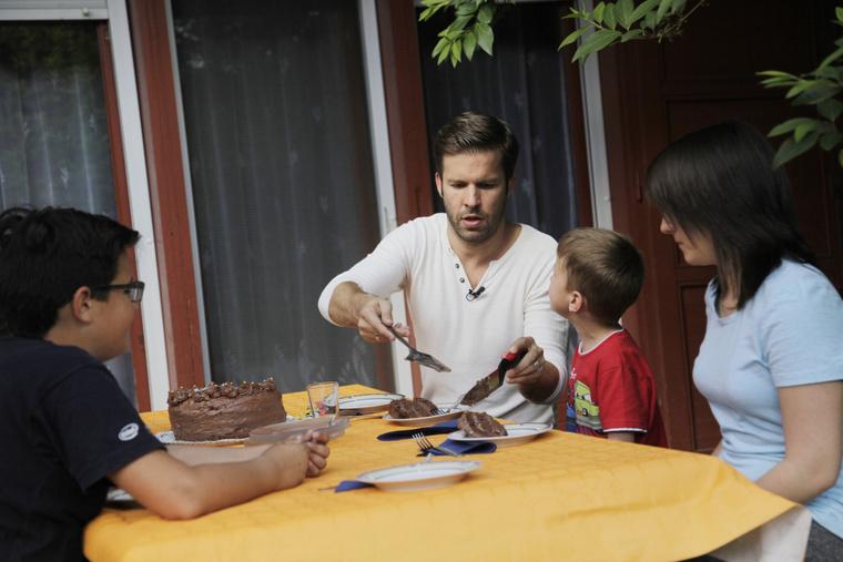 Még tortát is sütött a gyerekekkel.