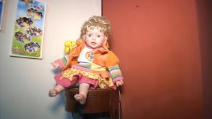 Elhunyt rokon lelke költözött egy babába, és így terrorizálja a családját