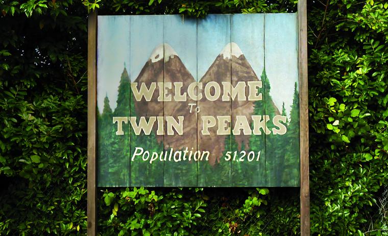 Eredetileg Northwest Passage lett volna a széria címe.Mikor a rendező mesélt Angelo Badalametinnek a sorozat címéről, ő szólt, hogy ez a cím már létezik és jogi problémák lehetnek a használatából.Ezért nem sokkal ezután átkeresztelték  Twin Peaks-re.