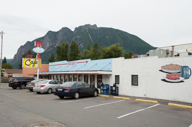 Költségcsökkentési okokból a pilot-ot követően minden részt Los Angelesben vettek fel.Twin Peaks városát fel kellett építeni  Van Nuys-ban, Kaliforniában, míg a külső felvételek jó részét a Malibu-i kanyonban forgatták.