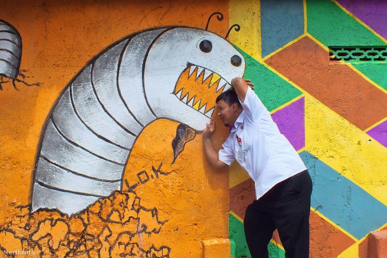 Az eddig elfelejtett települést természetesen egyből megrohamozták a turisták, hogy fotózkodjanak, szelfizzenek például ezzel a lénnyel itt a falon