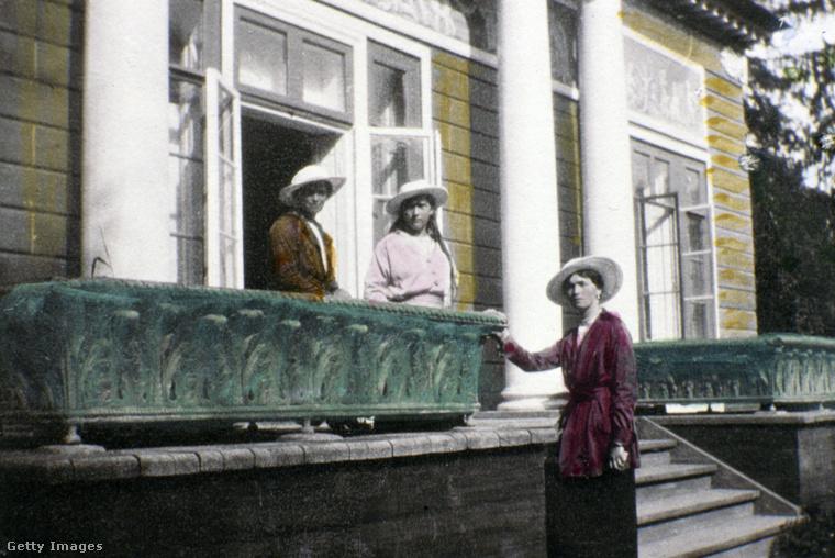 Ám ez nem volt elég, 1918-ban Jekatyerinburgban az egész családot kivégezték