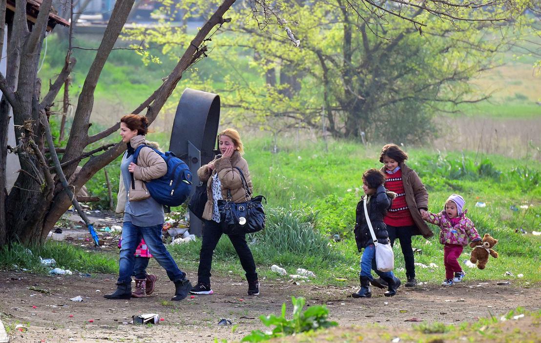 Szíriai család sétál a határ mentén, a tompai tranzitzóna közelében, 2017. áprilisában.