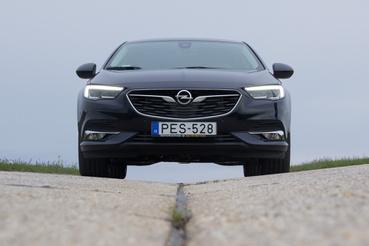 Az új Insignia tekintete határozott fellépést kölcsönöz az autónak, könnyű vele a belső sávban folyamatosan haladni