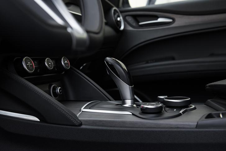 A 8-fokozatú ZF ugyanolyan gyors, mint a BMW-ben, és ugyanolyan idegesítő, ha D és R fokozat közt váltogatnánk