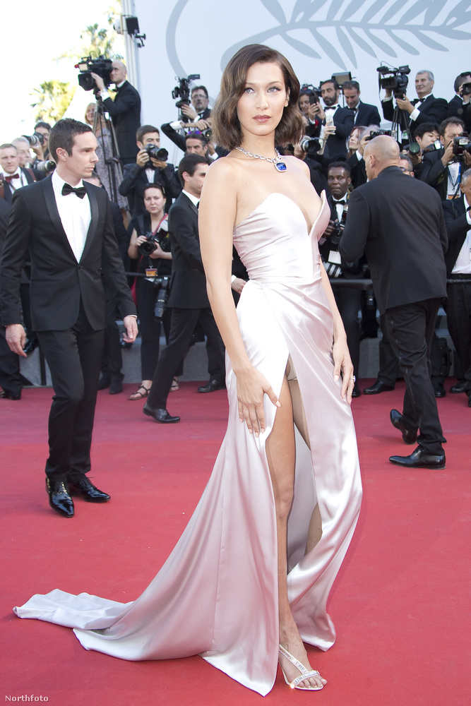 Bella Hadid modell is részt vett az idei, hetvenedik Cannes-i filmfesztivál nyitóestjén, az Ismael szellemei premierjén, és mint már ezen a képen is láthatják,