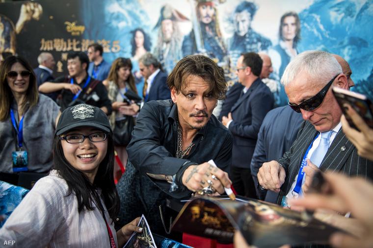 Johnny Depp aláírásokat osztogat a Karib-tenger kalózai 5 világpremierjén Shanghaiban.