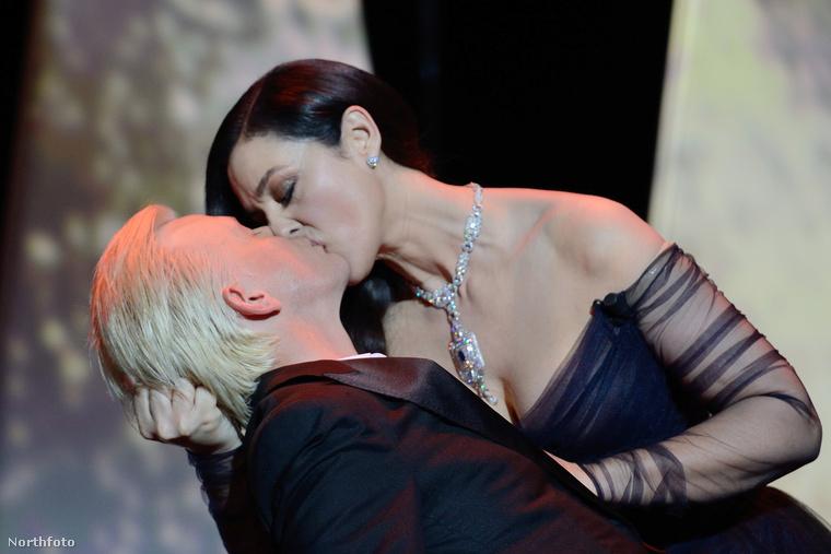 A francia komikus alighanem maga is meglepődött, de természetesen nem tiltakozott a csók ellen.