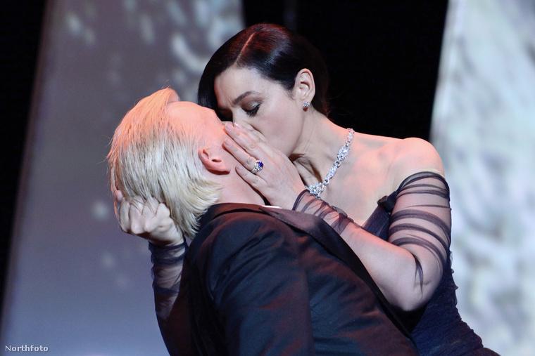 Aztán egy óvatlan pillanatban Monica Bellucci szenvedélyes csókkal lepte meg 14 évvel fiatalabb műsorvezető társát