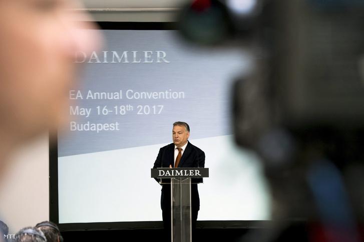Orbán Viktor miniszterelnök beszédet mond a Daimler AG közgyűlésén a Gerbeaud Házban 2017. május 18-án.