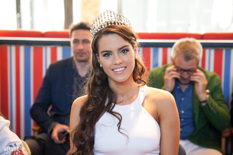 A győztes egy évig hordhatja a koronát, akárcsak a tavalyi királynő, Gelencsér Tímea