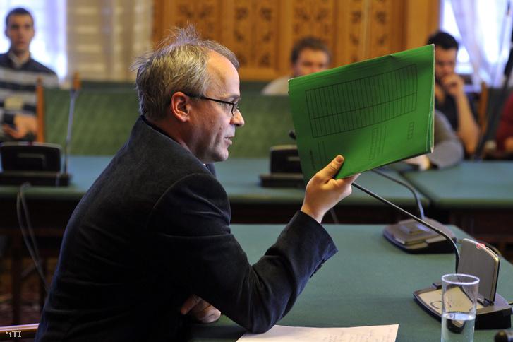 Horváth András volt adóellenőr az Országgyűlés számvevőszéki és költségvetési bizottsága ellenőrző albizottságának ellenzéki tagjai részvételével tartott tanácskozáson a Parlamentben 2013. november 27-én.
