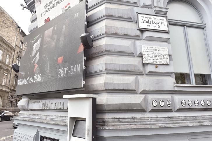 Festéknyomok a budapesti Terror Háza Múzeum épületén a Hősök Falán 2017. április 14-én.