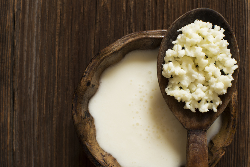 Az erjesztett táplálékok igazi szuperételek. A kefir, a görög joghurt, a miszó vagy a savanyú káposzta mind probiotikumként segíti a bélflórádat, melyben ha helyreáll az egyensúly, könnyebb a zsírégetés.