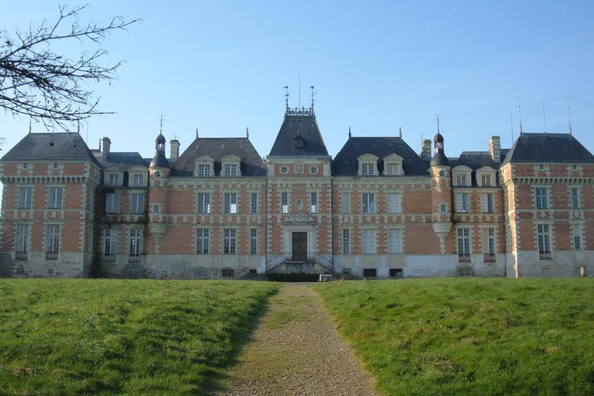 Igazi királynak érezhette magát a francia filmcsillag a saját kastélyában.