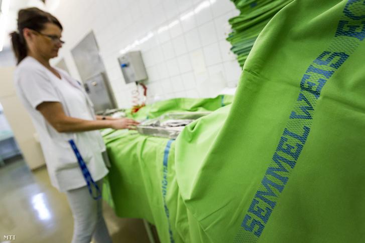 Mûtétekhez használt eszközöket készítenek elõ sterilizálásra a Semmelweis Egyetem Transzplantációs és Sebészeti Klinika központi sterilizálójában 2015. június 30-án.