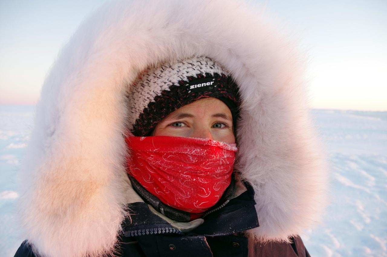 """""""A mi eddigi hidegrekordunk, -37,8 fok volt. Meglepő módon eddig nem sokszor fáztam, szerencsére jól bírom a hideget. Az ember keze, lába és arca akar mindig lefagyni. Kisebb fagyási sérülést már összeszedett pár ember az arcán, kezén, de szerencsére egyik sem volt komoly. A hideg akkor tud nagyon kellemetlen lenni, ha erős szél is fúj."""""""