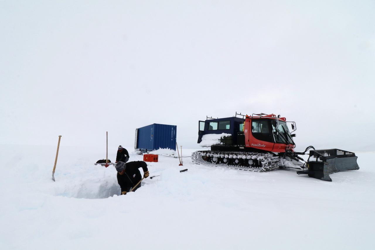 """""""A geofizikusok mindenfelé mérőpontokat telepítettek, rengeteg havat kellett kiásni, és örömmel fogadták a segítséget."""""""