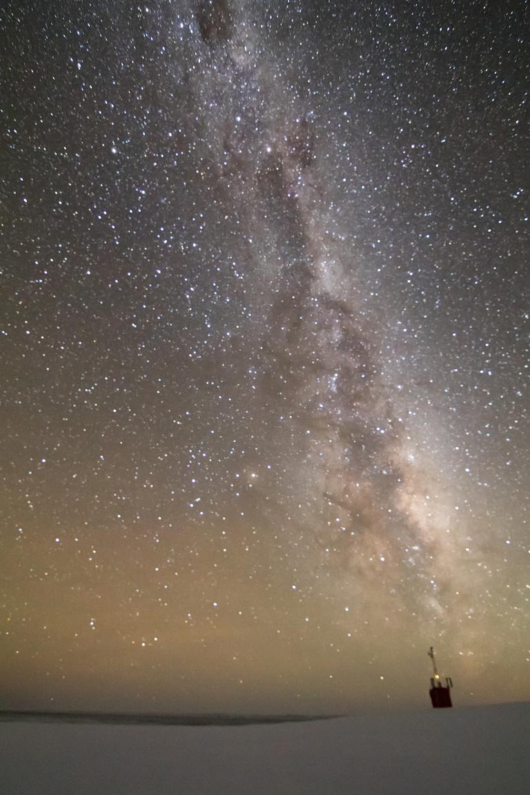 """""""Ha nincsenek felhők akkor a csillagos ég hihetetlen szép látványt nyújt. Nincsen fényszennyezés, még a magas hegyekben sem láttam ennyire szép csillagos eget, mint itt."""""""