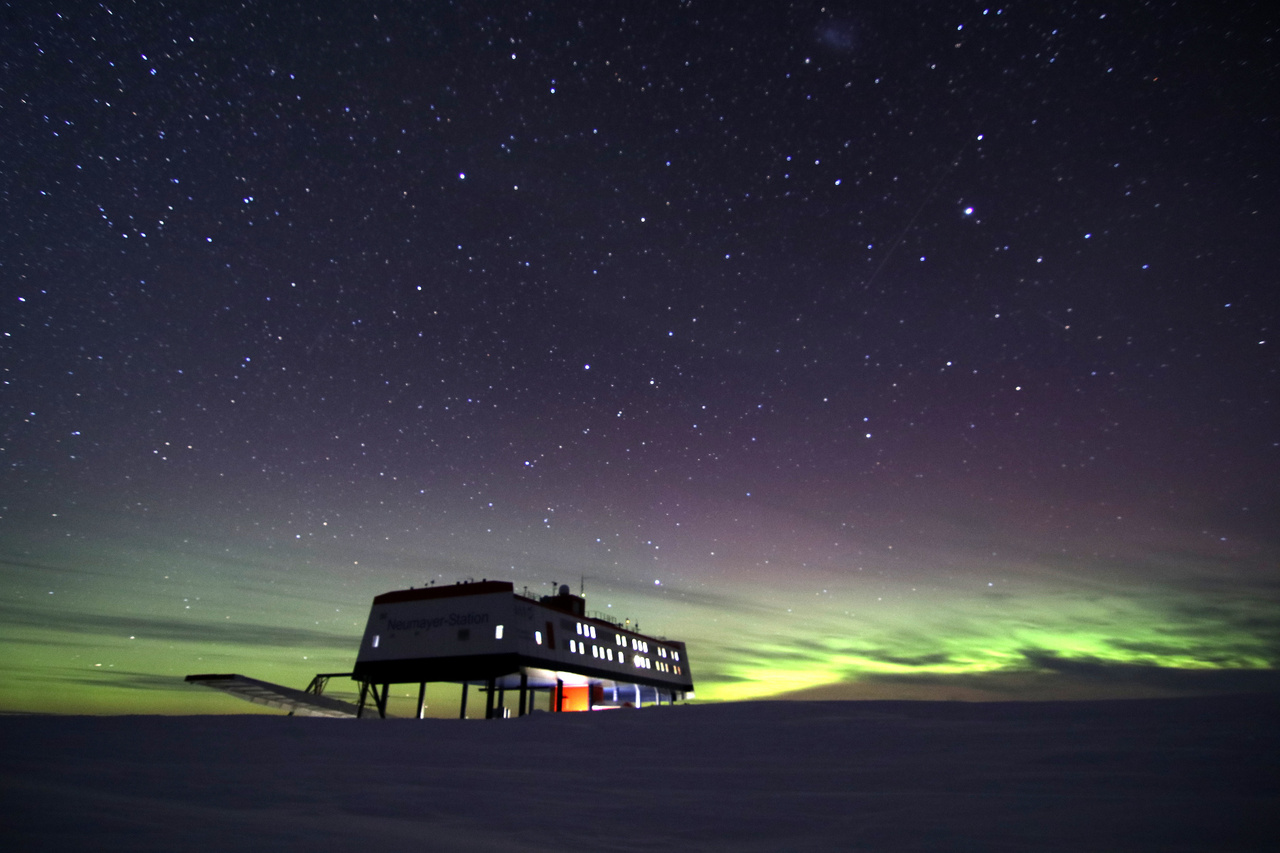 Derengő sarki fény (aurora australis) a horizonton.