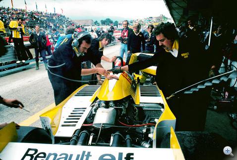 Jabouille kocsiját készítik fel a Renault szerelői a történelmi első győzelemre (Dijon, 1979)