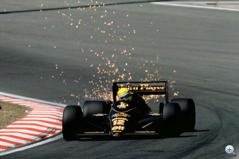 Ayrton Senna (Lotus-Renault) sziporkázik Zeltwegben, 1985-ben. A Renault 1983-tól a Lotust, később a Tyrrellt és a Ligier-t is ellátta turbómotorokkal