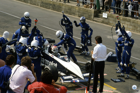 Nelson Piquet Brabham-BMW-jét tankolják 1983-ban, Silverstone-ban. Az FIA a teljesítmény visszafogása miatt 1984-től betiltotta a verseny közbeni utántöltést