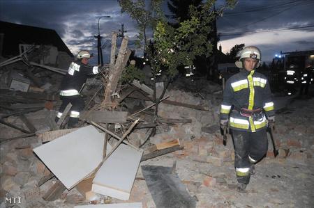 Tűzoltók dolgoznak a romok eltakarításán (Fotó: E. Várkonyi Péter)