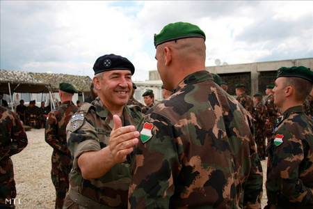 A KFOR francia főparancsnoka Békefenntartói Szolgálati Jelet ad egy magyar katonának 2008 augusztusában PristinábanFotó: Halápi Zsolt