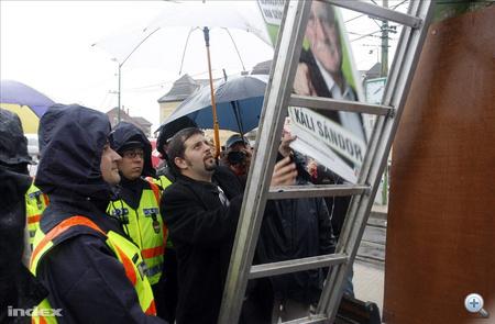 Miskolc, 2010. szeptember 26. Szegedi Márton, a Jobbik polgármester-jelöltje eltávolította az MSZP egyik plakátját Miskolcon az Újgyőri főtéren. Szegedi Márton szerint a szocialista párt szándékosan helyezi ki választási plakátjait úgy hogy azokkal a Jobbik plakátjait tudatosan letakarja, megrongálja.