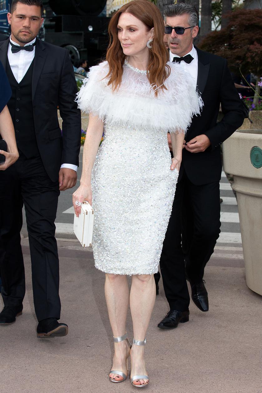 Az 56 éves Julianne Moore gyönyörű volt ebben a hófehér, tollakkal és flitterekkel díszített szettben.