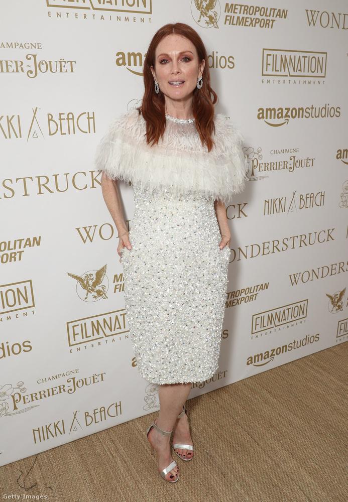 Esetleg ez a világos ruha? Valamivel jobb, de Julianne Moore legjobb pillanatai közé azért ez sem fog bekerülni.