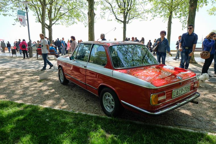 Mit keres egy 02-es BMW egy elegáns autószépségversenyen? Oké, csinos autó, de ide talán kissé kevés..