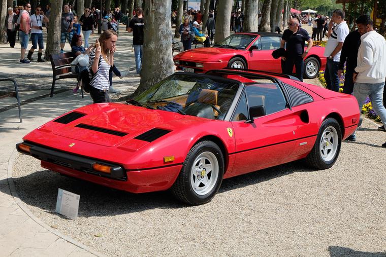 Piros, középmotoros Ferrarik, párban, de nem egyformák