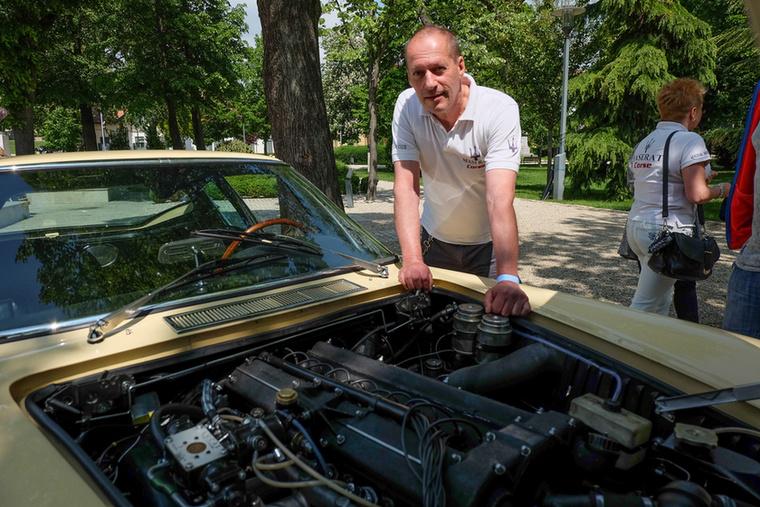 A másik ok, ami miatt különösen a szívünkbe zártuk az autót, a verseny-Maseratikból örökölt, soros hathengeres, dupla gyújtásos motorja volt