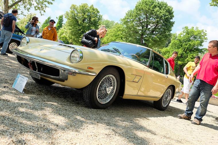 Olasz autó, látszik, a fura arányok miatt pedig sejthető, hogy nem Pininfarina, Bertone vagy Touring, hanem valami más