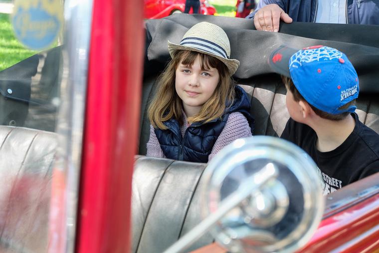 Ez meg itt egy megilletődött kislány egy másik, korábbi Praga, az 1931-es Piccolo hátsó ülésén