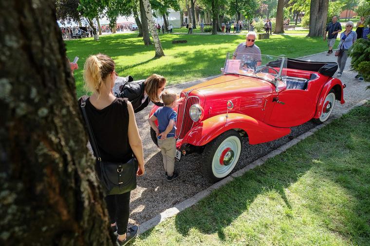 Hogy miért érdekes ez a csupán 22 lóerős, egyliteres motorral szerelt, piros autócska? Például mert Jiri Telecky lábon vezette Balatonfüredre Csehországból