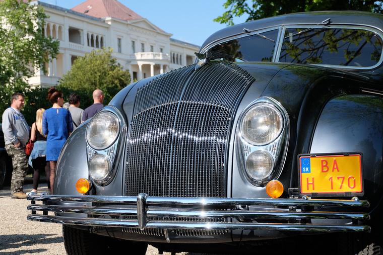 A harmincas években rövid időre nagy divatja volt az áramvonalas (vagyis inkább olyannak hirdetett) autóknak