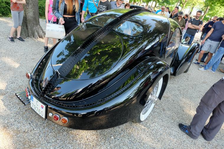 Bugatti Atlantic vajon ez a szintén Szlovákiából érkezett autó? Nem, az eredeti ennél nagyobb, de mivel összesen két ilyen autó létezik a világban, ezért a megtévesztés tökéletes, csak az igazi szöszcsomó-tépkedők veszik észre a turpisságot