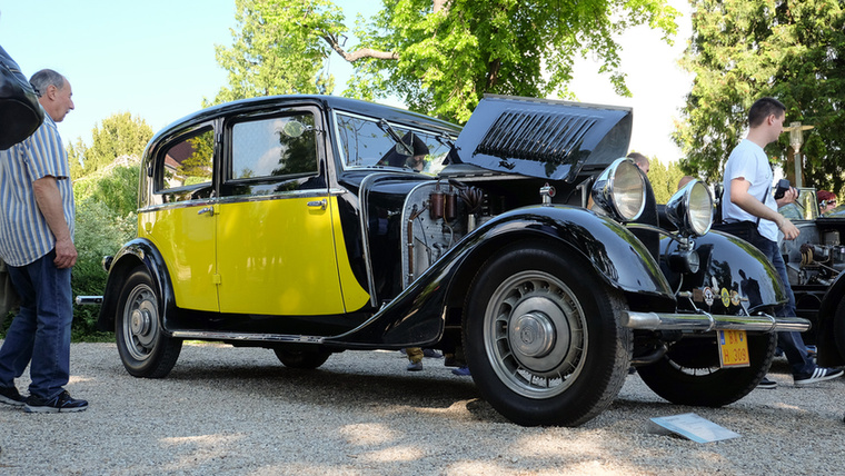 Egyik nagy szerelmem volt a Bugatti T49-es, az a fajta autó, amiből kizárólag szipkás cigivel a kézben, kamáslis cipőben és girardiban illik kiszállni