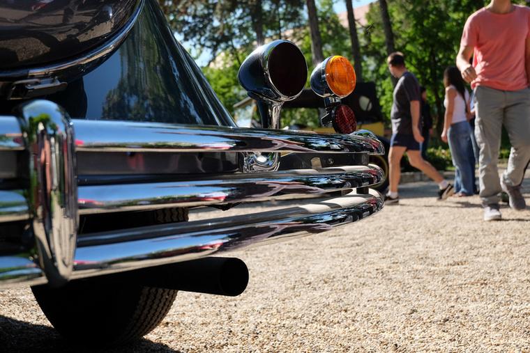 A harmincas években gyönyörű kidolgozásúak voltak az amerikai autók, nézzék csak a Chrysler háromsoros lökhárítóját