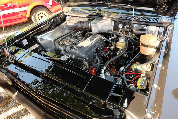 A tulajdonos elmondta, hogy a kocsi most is 240 lóerőt tud fékpadon, pedig csupán karburátoros