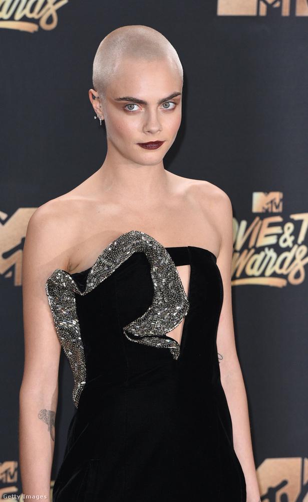 A modell egyébként egy filmszerephez vágatta le a szőke fürtöket, ám ez nem azt jelenti, hogy direkt valami horrorszerepőnek kellett volna sminkelni őt Cannes-ban.