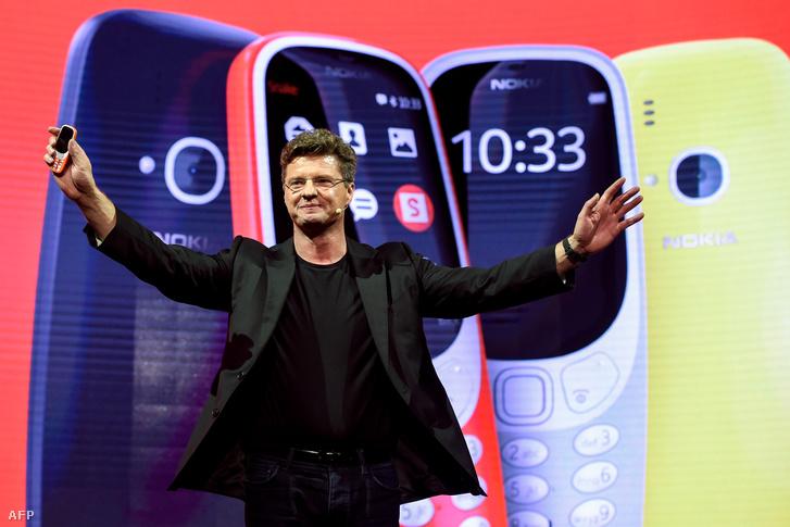 Arto Nummela bemutatta a Nokia 3310-et