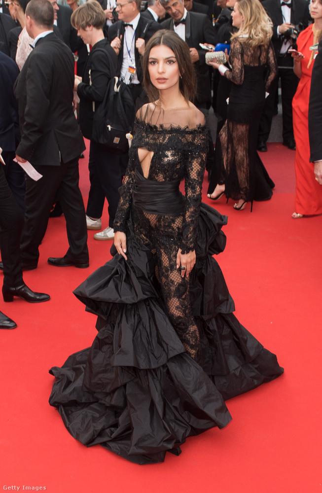 Egy feketére festett dizájner menyasszonyi ruha